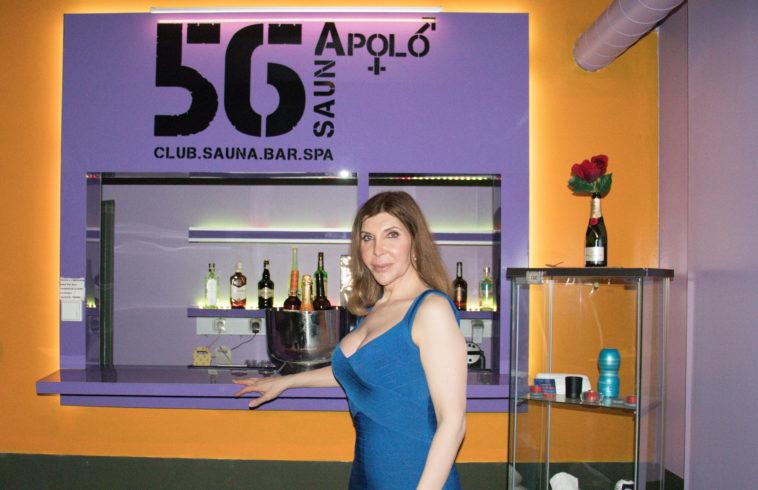 Kiki Pais de Sousa orgulhosa em frente ao bar da SaunApolo56
